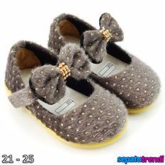 TrendiShoes Sepatu Anak Bayi Perempuan Bahan Bulu AT02 - Abu