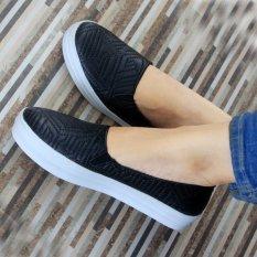 Yutaka sepatu slip on wanita motif hitam