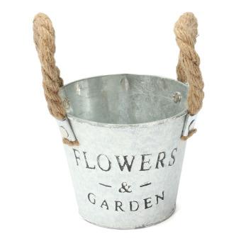 2 Pot bunga dari bahan logam dengan tali gantung 3 .