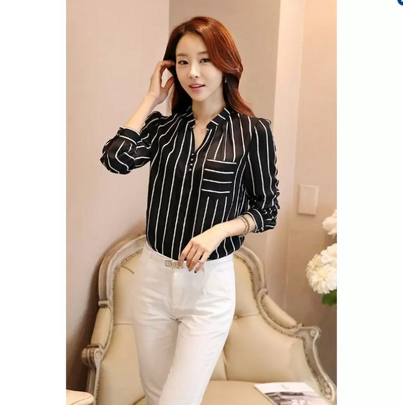Hanyu panas gaya Korea jual baju wanita atasan bergaris leher V blus hitam .