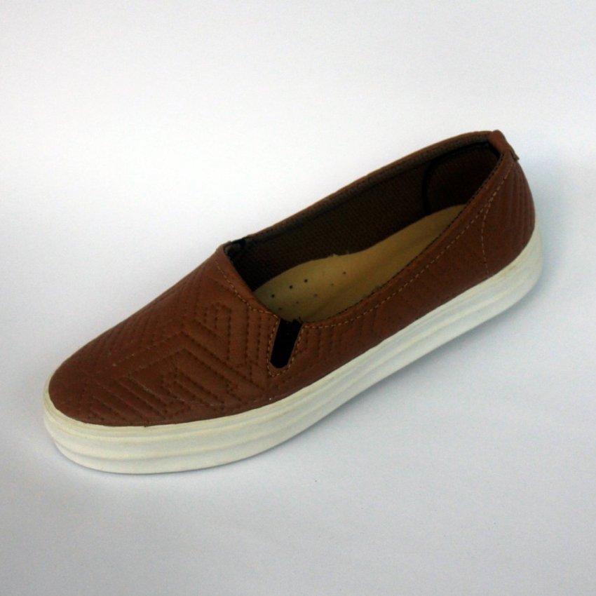 Yutaka sepatu slip on wanita motif coklat .
