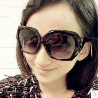 Mode pakaian renang kacamata hitam